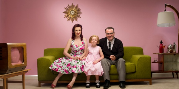 Vintage-family-sitting-in-front-of-TV-600x300.jpeg