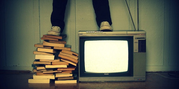 manstandingonTV-600x300.jpg