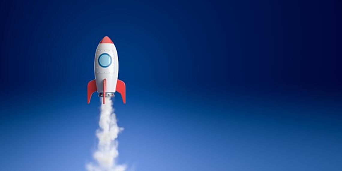 cartoon-spaceship-flying-in-the-blue-picture-id1164894363 (1)
