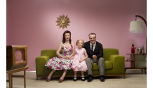 Vintage-family-sitting-in-front-of-TV_200_140.png